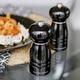 Ensemble de 2 moulins à sel et poivre «Windsor» par Cole & Mason