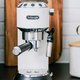 Machine à espresso et à cappuccino Delonghi « Dedica DeLuxe » blanche