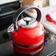 Bouilloire rouge KitchenAid en émail vitrifié 1,9 L