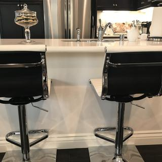 Love the white, black, and chrome colors on these stools!