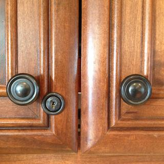 Rockler Double-door Lock painted with Rustoleum Universal Hammered Black spray paint.