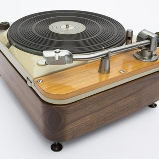 The guide bushing helped to achieve a very precise reveal around the turntable.