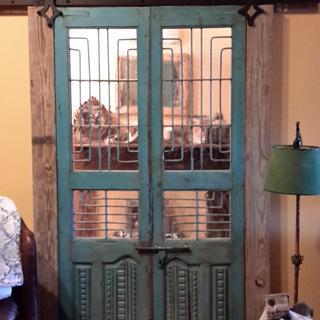 Wonderful semi private, old glass look to barn door.