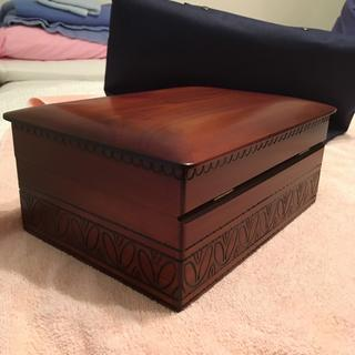 Exterior of keepsake box.