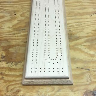 With this jig it's very easy to make a great looking cribbage board.