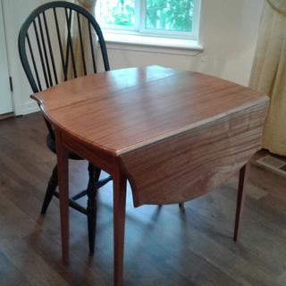 Double drop leaf table.  Cant see hinges but they work great.