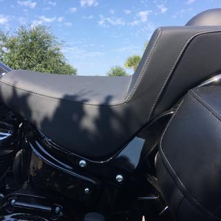 Gripper step-up seat on black 2018 FLHC