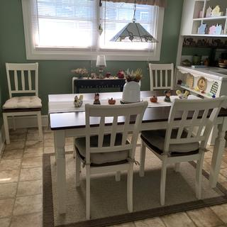 Beautiful dining set for small space.