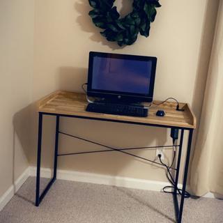 As described. Simple desk, simple set up.