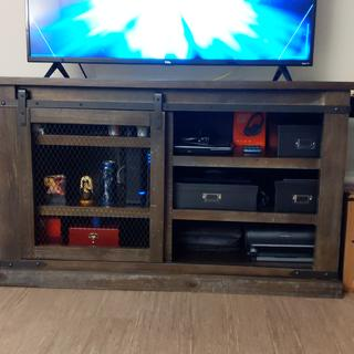 Really nice and sturdy tv stand with storage!