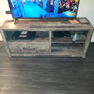 Love this tv stand. It makes my living room look more modern.