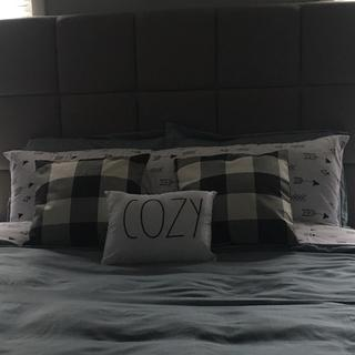 Close up of the headboard love the design and material, great quality!