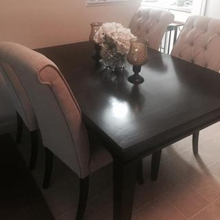 Alexee table with Tripton chairs