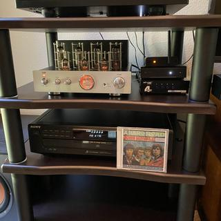 Audio stand with turntable, CD player and MP pure tube amplifier.