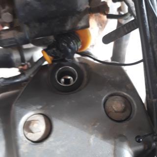 Vista en perspectiva adentro saca bujía Perspective view the spark plug socket is inside.