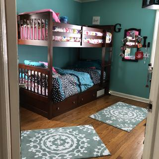 Creates plenty of floor space. The size of the room is 10x12