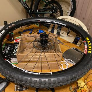 Just finished setting up my tire tubeless on a fresh build with the Hope Pro4 at the center!