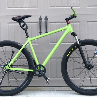 @BrightBikesUSA chose Maxxis Hookworms for this 29er urban-assault-cycle build.