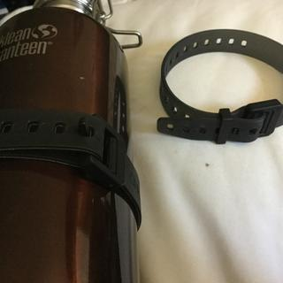 Strap solo and attached to bottle.