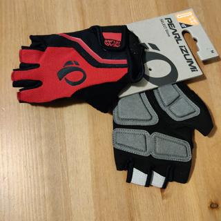 The style of the red gloves is different than shown in the product photo