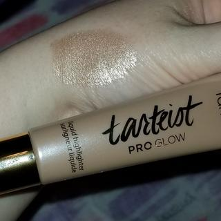 Such a beautiful swatch of the PRO Glow Highlighter in the shade Stunner.