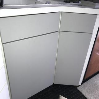 I replaced the galley cabinet doors with starboard dolphin grey.