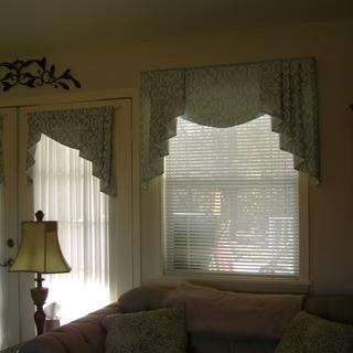The center piece only has been interlined and lined on all windows.