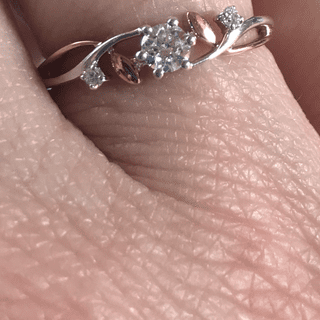 I love the leaves between the diamonds. And I have two daughters, so love the two smaller diamonds.