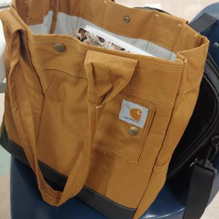 Big storage and very simple! Love this bag. Just ordered another in Black. ??