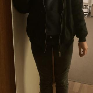 "5'7"" 125lbs, bought a medium and can comfortably wear a hoodie underneath"